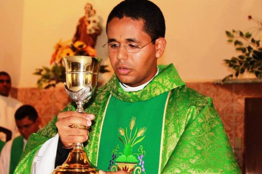 Padre que se envolveu em caso amoroso com jovem é expulso de Diocese